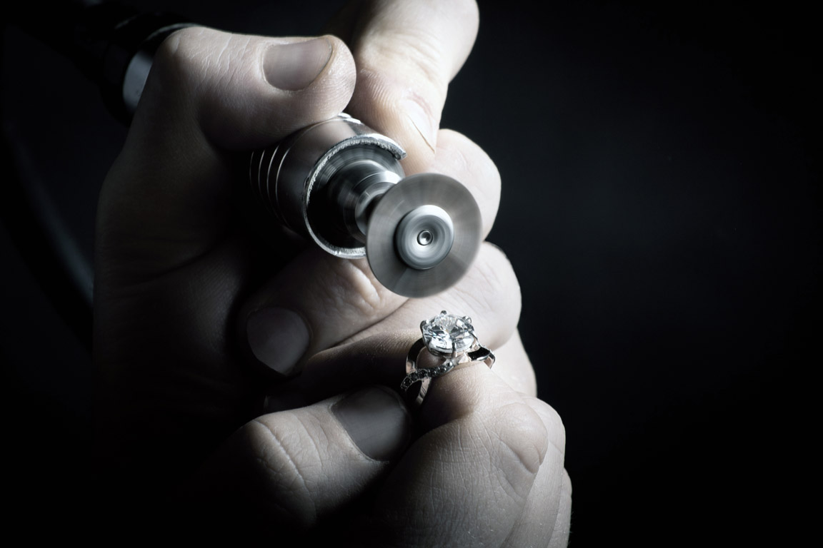 Goldsmith at work with the diamant ring